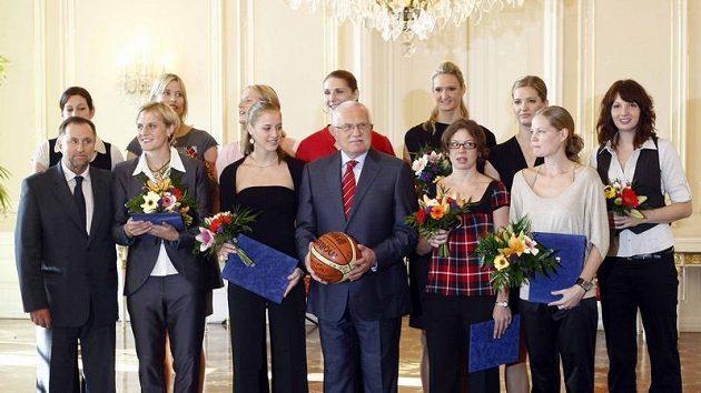 Prezident Václav Klaus přijal na Pražském hradě stříbrné medailistky z domácího mistrovství světa.
