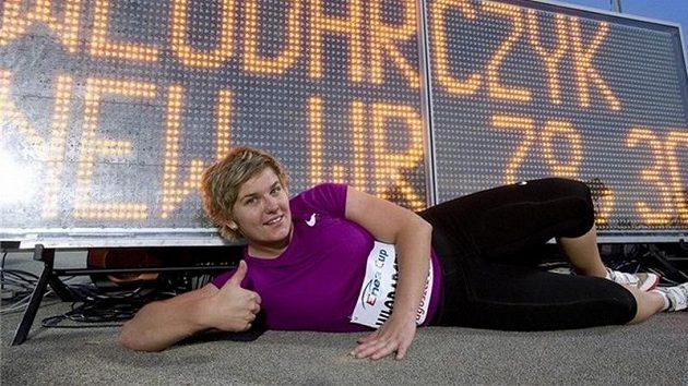 Anita Wlodarczyková pózuje u výsledkové tabule, na níž svítí světový rekord.