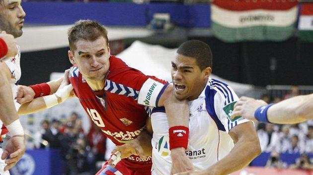 Český reprezentant v házené Jiří Hynek (vlevo) brání Daniela Narcisse z Francie. (ilustrační foto)