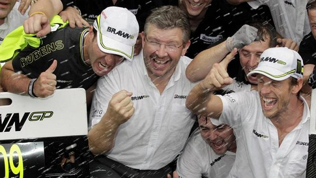 Rubens Barrichello (zleva), Ross Brawn a Jenson Button slaví spolu s týmem zisk titulu mistrů světa.