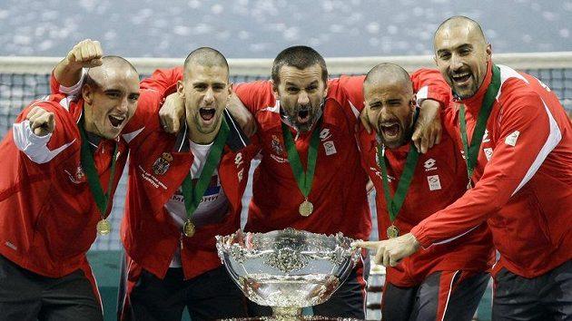 Radost srbských tenistů po historickém okamžiku. Poprvé vyhráli Davisův pohár.