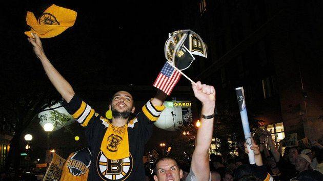 Fanoušci Bostonu oslavují zisk Stanley Cupu v ulicích města.