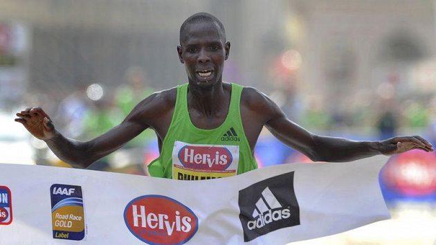 Keňský běžec Philemon Kimeli Limo v cíli Pražského půlmaratónu.