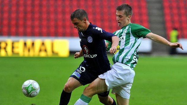 Daniel Nešport z Bohemains (vpravo) bojuje o míč s Václavem Ondřejkem ze Slovácka.