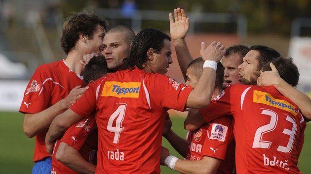 Hráči Plzně se radují z gólu do sítě Brna.