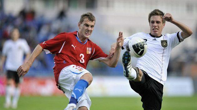 Obránce české reprezentace do 21 let Radim Řezník (vlevo) bojuje o míč s Patrickem Herrmannem z Německa v kvalifikaci o ME.
