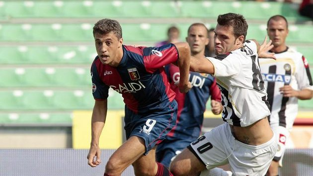 Hernan Crespo z FC Janov (vlevo) v souboji s Mariziem Domizzim z Udinese (ilustrační foto)