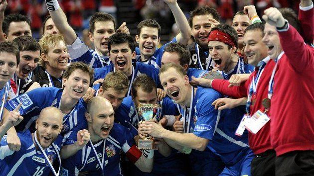 Čeští florbalisté se radují z bronzových medailí.