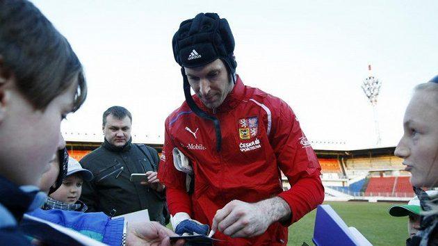 Brankář Petr Čech se po tréninku reprezentace podepisuje fanouškům.