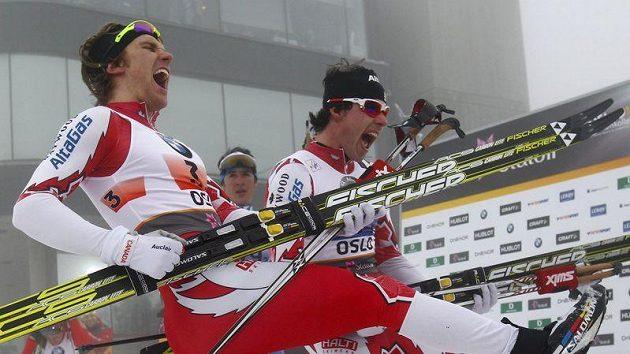 Kanaďané Devon Kershaw (vlevo) a Alex Harvey se radují z triumfu ve sprintu družstev na MS v Oslu.