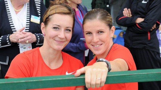 Denisa Rosolová (vlevo) a Zuzana Hejnová věří, že po víkendu budou mít důvod k úsměvu stejně jako na tomto snímku z roku 2011..