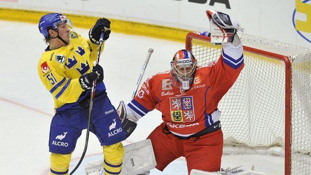 Na brankáře české reprezentace Jakuba Štěpánka dotírá švédský hráč Mika Hannula.