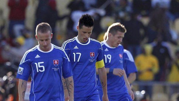 Zklamaní fotbalisté Slovenska (zleva) Miroslav Stoch, Marek Hamšík, a Juraj Kucka