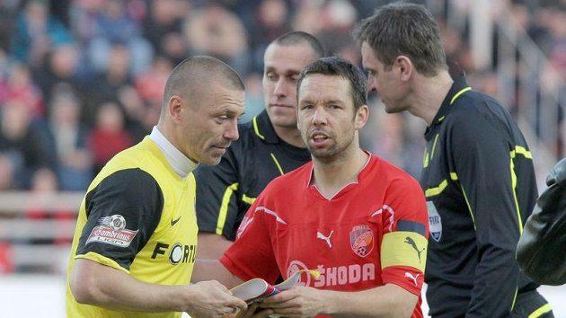Kapitán Sparty Tomáš Řepka (vlevo) a kapitán Plzně Pavel Horváth se zdraví před vzájemným zápasem.