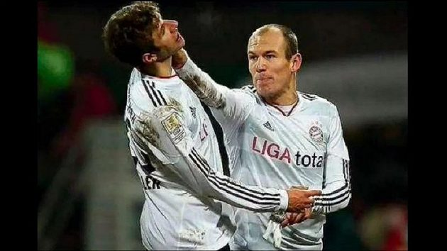 Hvězda Bayernu Arjen Robben (vpravo) si dá o víkendu pauzu.