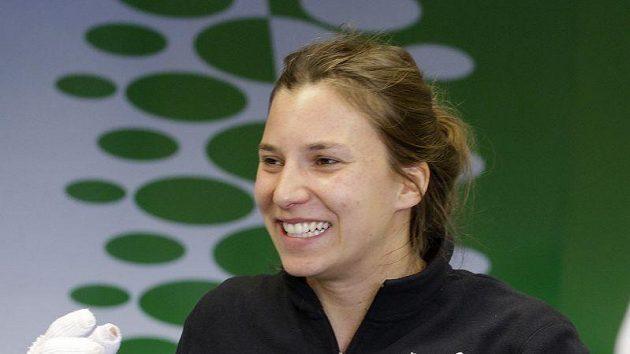 Švýcarská závodnice Simona De Silvestrová dostala na popálené ruce slušivíé rukavice.
