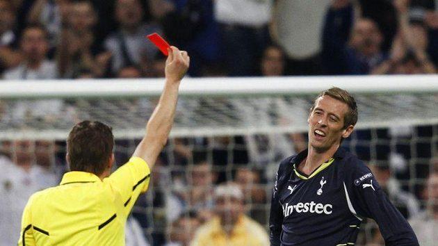 Útočník Tottenhamu Peter Crouch dostal v souboji s Realem zbytečnou červenou kartu, čímž přispěl k debaklu svého týmu.