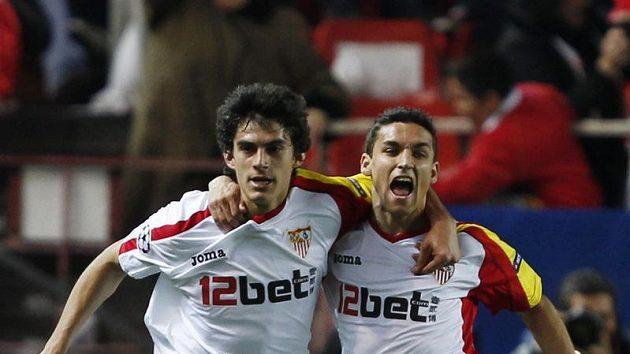 Fotbalisté Sevilly Diego Perotti (vlevo) a Jesus Navas oslavují vstřelenou branku v odvetném utkání osmifinále Ligy mistrů proti CSKA Moskva.