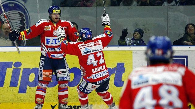 Pardubičtí Nakládal (vlevo) a Koukal se radují z gólu v Plzni.