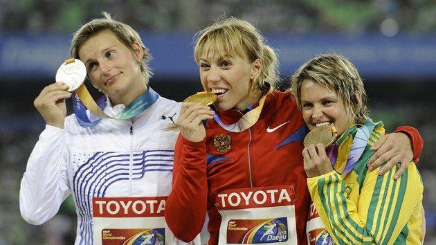 Barbora Špotáková má Marii Abakumovové (uprostřed) co vracet.