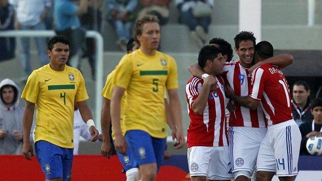 Paraguayec Roque Santa Cruz (druhý zprava) slaví se spoluhráči gól, kterým načal obrat skóre v utkání s Brazílií.