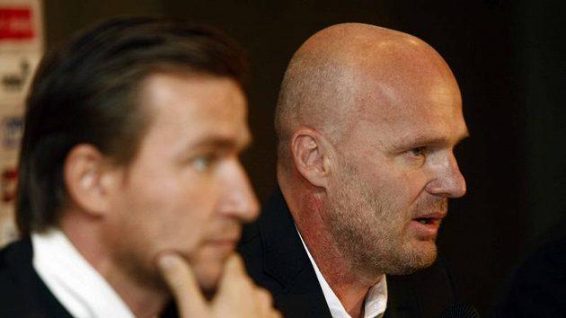 Michal Bílek (vpravo) a manažer české fotbalové reprezentace Vladimír Šmicer při nominaci na kvalifikační dvojutkání se Skotskem a Lichtenštejnskem.