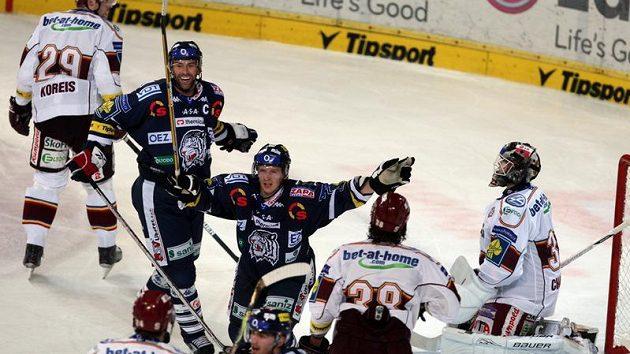 Petr Nedvěd a Martin Čakajík z Liberce se radují z gólu do sítě Sparty (ilustrační foto)