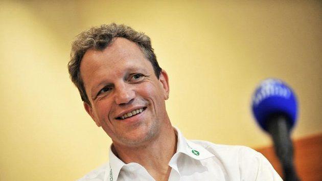 Nápad Ralfa Kluga běžet maratón pozadu se uskuteční v neděli 9. května.