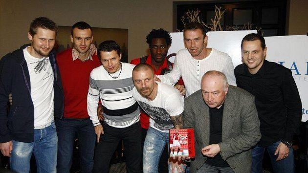Tomáš Řepka (uprostřed) se spoluhráči ze Sparty a autorem knihy