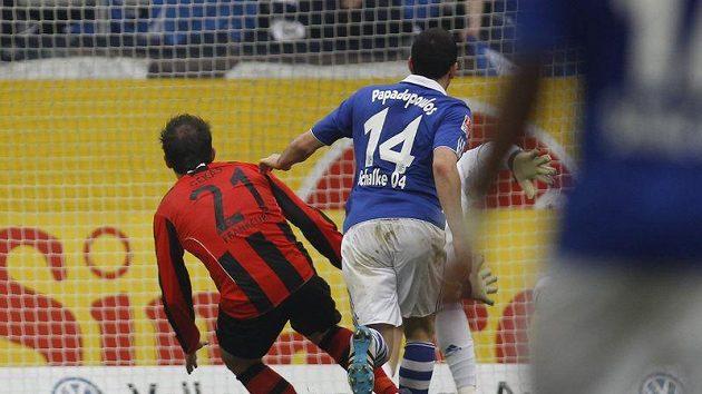 Theofanis Gekas z Frankfurtu (vlevo) přihlíží gólu Georgiose Tzavellase (není na snímku) proti Schalke z rekordních 73 metrů.