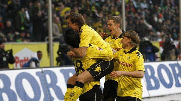 Fotbalisté Dortmundu se radují z gólu do sítě Wolfsburgu. Borussia dál vládne Bundeslize.