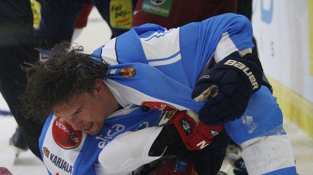 Zápas Rusů s Finy byl plný ostrých soubojů a rvaček.