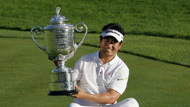 Korejský golfista Jang Jong-un s trofejí pro vítěze PGA Championship