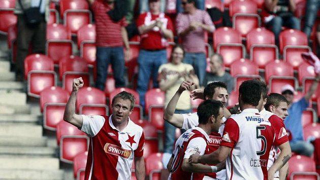 Stanislav Vlček (vlevo) se raduje se svými spoluhráči ze Slavie z branky.