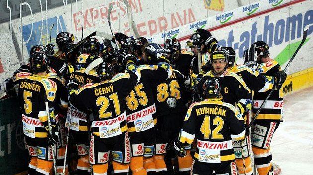 Hokejisté Litvínova oslavují vítězství.