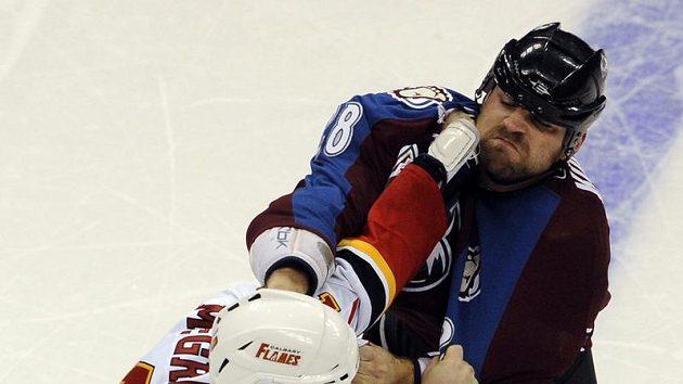 David Kočí z Colorada v bitce s Brianem McGrattanem z Calgary