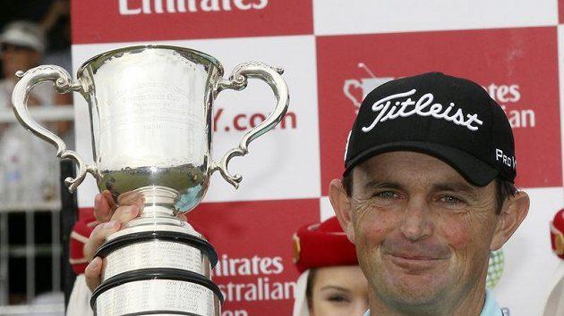 Australan Greg Chalmers s trofejí pro vítěze golfového Australian Open.