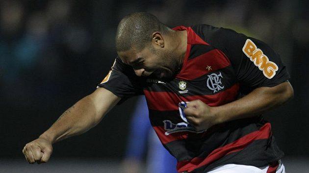 Brazilec Adriano ještě v dresu Flamenga se raduje z gólu.