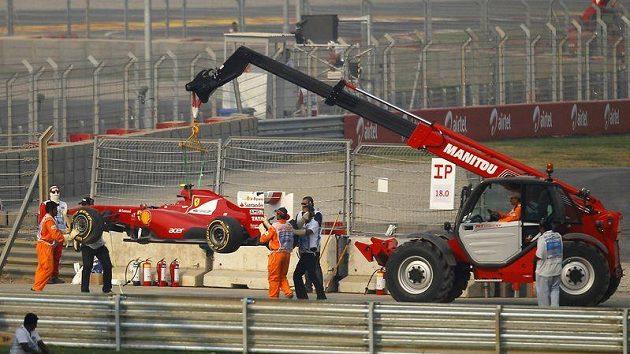 Felipe Massa Velkou cenu Indie nedokončil poté, co si utrhl o obrubník závěs kola.