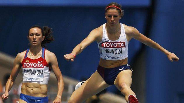 Zuzana Hejnová (vpravo) na MS v Tegu vyhrála s přehledem rozběh na 400 metrů překážek.
