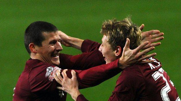 Ladislav Krejčí (vpravo) se raduje z prvního gólu se spoluhráčem Manuelem Pamičem