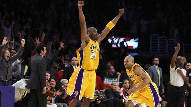 Basketbalista LA Lakers Kobe Bryant (uprostřed) se raduje z výhry