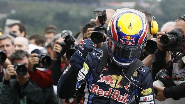 Australský pilot stáje Red Bull Mark Webber se raduje z vítězství v kvalifikaci na GP Belgie.