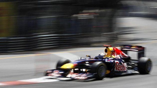 Světový šampión Sebastian Vettel v plném tempu na trati