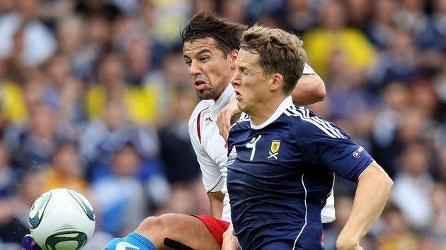 Milan Baroš (vlevo) v souboji se Skotem Christophem Berrou.