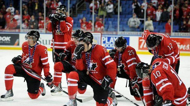 Zklamaní hokejisté Kanady po prohraném finále MS do 20 let