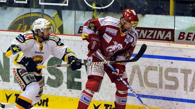 Třinecký Jan Peterek (vpravo) přispěl k porážce Litvínova jedním gólem a s 250 vstřelenými brankami v extralize a reprezentaci se stal 59. členem Klubu hokejových střelců.
