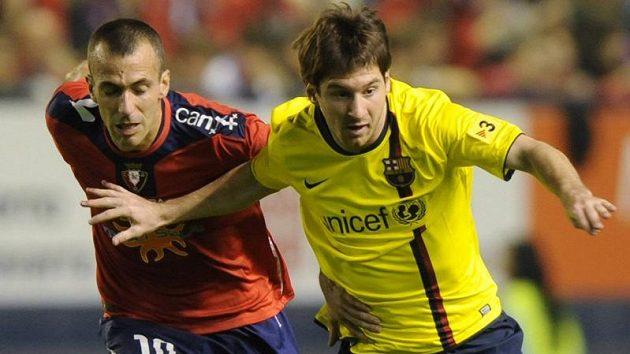 Fotbalista Barcelony Lionel Messi (vpravo) v souboji s Patxi Punalem z Osasuny