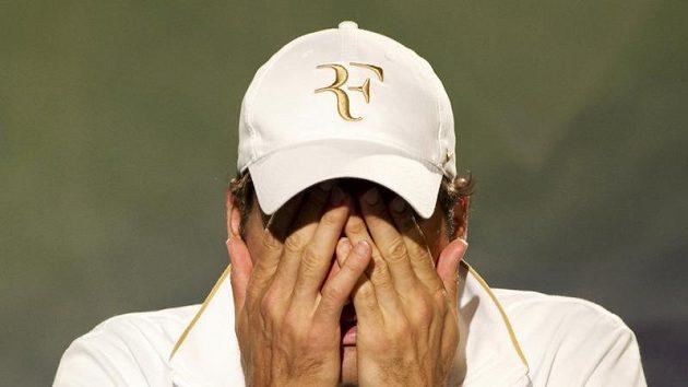 Zklamaný švýcarský tenista Roger Federer po porážce od Tomáše Berdycha ve čtvrtfinále Wimbledonu.