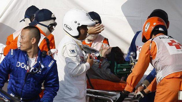 Záchranáři odnášejí na nosítkách zraněného Tima Glocka
